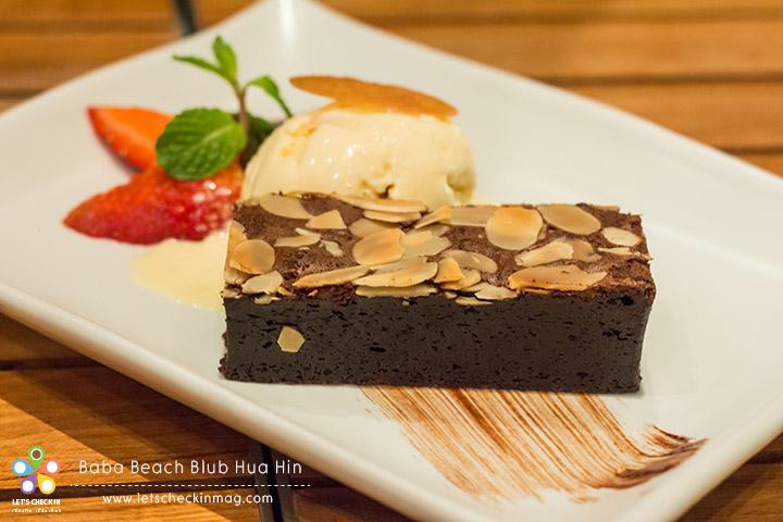 Chocolate Brownie เนื้อหนึบแน่น เต็มรสช็อคโกแลต หวานไม่มาก