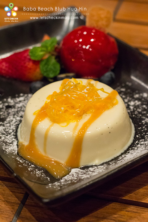 Vanilla Panna Cotta with homemade icecream พานาคอตต้าเนียนนุ้มหอมวนิลา กินคู่ไอศครีมรสเบอรี่ที่เข้มข้นมาก เข้ากันสุดๆ