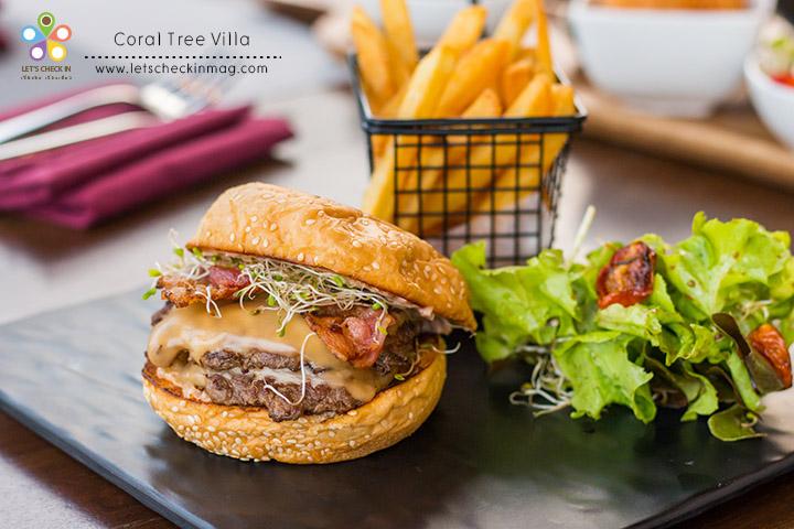 Pressed Beef Burger (150g Australian Beef) เบอร์เกอร์เนื้อกด เนื้อเบอร์เกอร์แผ่นบางสองชิ้นคั่นด้วยชีสสองแผ่น ชีสนี่เยิ้มเข้ากับเนื้อเลย