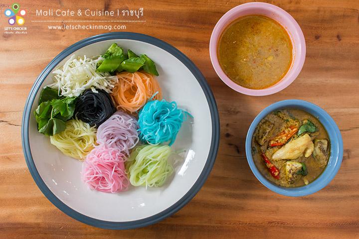 ขนมจีนสมุนไพร7สี ขนมจีนสีสวยๆ เสิร์ฟเป็นเซ็ตกับน้ำยาปูและแกงเขียวหวานไก่