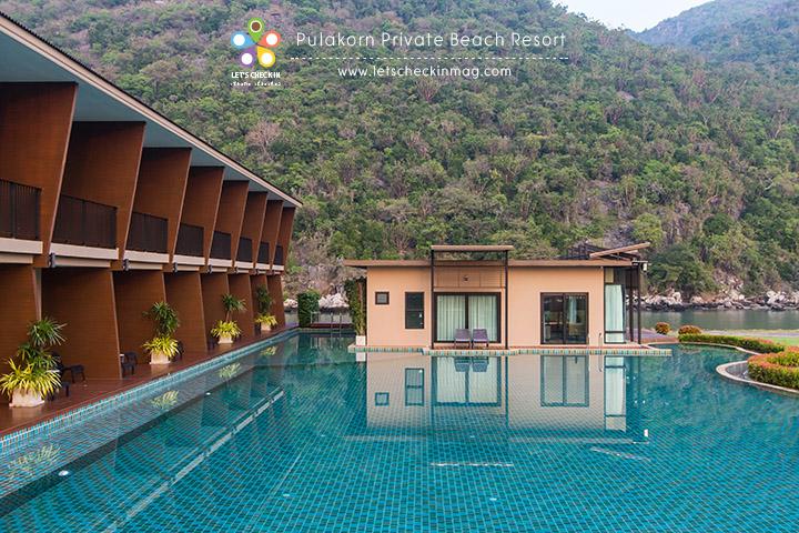 ต่อไปเป็น Pool Villa มีสองหลัง ในหนึ่งหลังมีสามห้องนอน สามห้องน้ำ มีห้องนั่งเล่นและโต๊ะทานอาหาร
