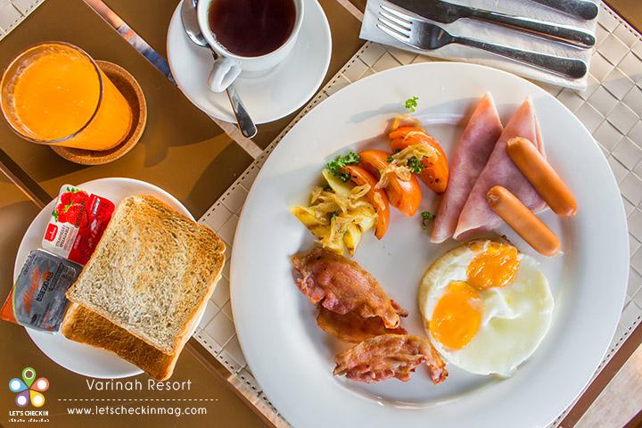 อาหารเช้าเป็นเซ็ต มีชุดอาหารเช้า / ข้าวผัด / ข้าวต้ม จะเลือกครบทุกอย่างก็ได้ ถ้าไม่อิ่มเติมได้เรื่อยๆ ด้วย แต่เอาจริงๆ ชุดเดียวก็อิ่มแล้ว เพราะว่าให้เยอะจัดเต็มทีเดียว