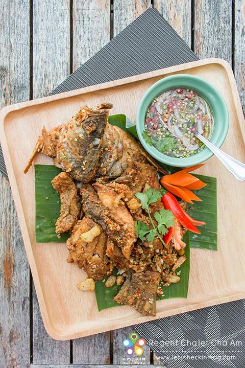ปลากะพงคั่วเกลือ เนื้อปลากะพงทอดกรอบนอกนุ่มใน คั่วพริกกระเทียมและเกลือ เติมน้ำจิ้มเพิ่มความแซ่บ