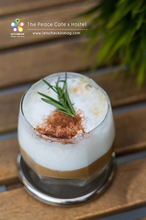 ดำเนินสะดวก กาแฟ signature ของร้าน รสชาติเข้มข้น หอม มัน กลิ่นมะพร้าวหอมเตะจมูก