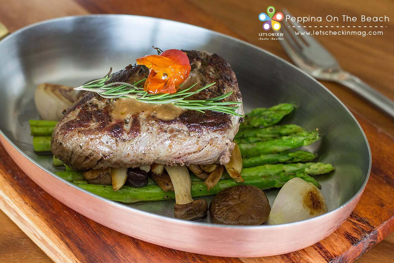 Grilled Beef Tenderloin เนื้อสันในชิ้นใหญ่หนานุ่มความสุกกำลังดี เสิร์ฟกับผักนานาชนิด